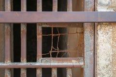 Close up de barras de ferro oxidadas fechados da porta da pilha na prisão abandonada fechado foto de stock royalty free