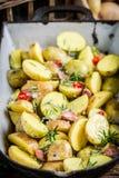 Close up de batatas do cozimento com alho e alecrins Fotos de Stock Royalty Free