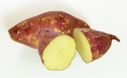 Close-up de batatas doces da pele vermelha no fundo branco Fotos de Stock