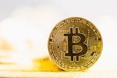 Close-up de Bitcoin em brilhar o fundo brilhante imagens de stock royalty free