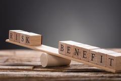 Close up de blocos de madeira do risco e do benefício na balancê imagens de stock