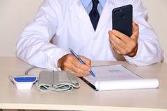 Close-up - de bloeddruk van artsenmaatregelen stock foto's