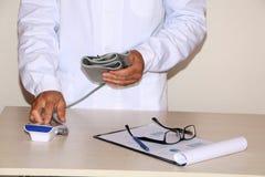 Close-up - de bloeddruk van artsenmaatregelen stock fotografie