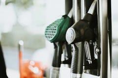 Close up de bocais de combustível em um posto de gasolina imagem de stock royalty free