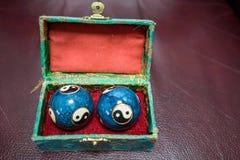 Close up de bolas azuis de Baoding do chinês na caixa fotos de stock