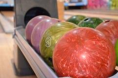 Close up de bolas de boliches foto de stock
