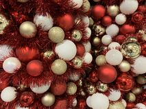 Close-up de bolas brancas, vermelhas e douradas de brilho do Natal foto de stock royalty free