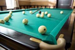Close up de bolas e de sugestões de bilhar em uma mesa de bilhar Imagens de Stock