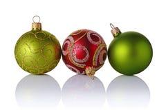 Close-up de bolas verdes e vermelhas luxuosas bonitas do Natal com teste padrão de brilho Fotos de Stock