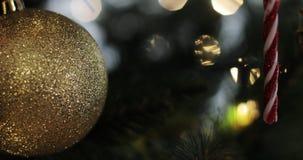 Close up de brinquedos do Natal na árvore de Natal filme