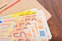 Close-up de cédulas do Euro com jornal Fotografia de Stock Royalty Free