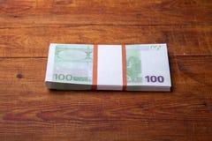 Close-up de 100 cédulas do Euro no fundo de madeira Foto de Stock Royalty Free
