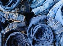 Close up de calças de brim da sarja de Nimes foto de stock royalty free