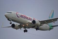 Close up de Caribbean Airlines Boeing 737-800 na aproximação final fotografia de stock royalty free