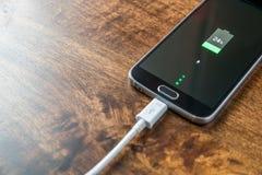 Close-up de carregamento da bateria do smartphone móvel Fotos de Stock Royalty Free