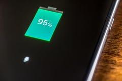 Close-up de carregamento da bateria do smartphone móvel Imagens de Stock Royalty Free