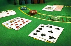 Close up de cartões negociados e pilhas de microplaquetas em uma tabela do vinte-e-um em um casino fotografia de stock