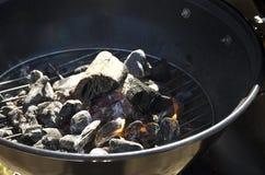 Close up de carvões e de madeira ardentes em uma grelha da grade fotos de stock royalty free