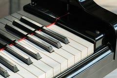 Close-up de chaves do piano vista frontal próxima fotografia de stock