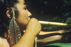 Close-up de Cherokee usando uma arma de sopro, vila de Tsalagi, nação Cherokee, APROVAÇÃO Foto de Stock