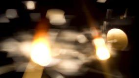Close-up de chuveirinhos efervescentes na obscuridade Pouco fogos de artifício festivos do fogo em varas shinning brilhantemente  video estoque