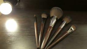 Close-up de cinco escovas da composição na tabela video estoque