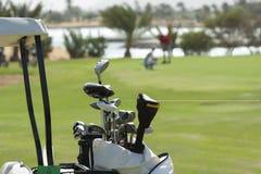 Close up de clubes de golfe em um saco fotografia de stock