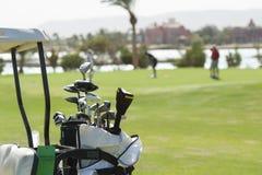 Close up de clubes de golfe em um saco fotos de stock