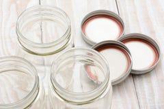 Close up de colocação em latas do frasco Foto de Stock