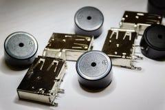 Close-up de componentes dispersados da eletrônica do soquete e da campainha elétrica de USB no fundo branco no foco parcial e no  fotos de stock royalty free