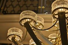 Close up de cristal da iluminação do candelabro, fim de cristal da luz da lâmpada acima imagem de stock royalty free