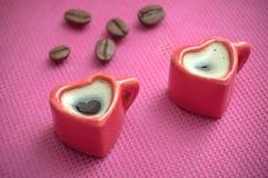 Close up de dar forma à xícara de café do coração com decorat dos feijões de café Imagem de Stock Royalty Free