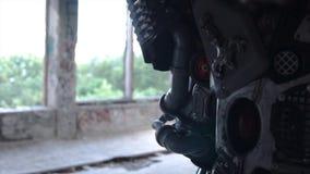 Close-up de detalhes do metal de androide para trás footage Detalhes de ombro traseiro e mãos do robô humano no fundo de foto de stock royalty free