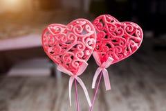 Close up de dois corações vermelhos com testes padrões em um fundo escuro, foco seletivo Dia do `s do Valentim fotografia de stock royalty free