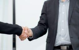 Close up de dois executivos que agitam as mãos - aperto de mão Fotos de Stock Royalty Free