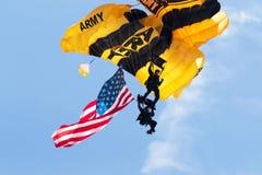 Close-up de dois paramilitares do exército dos EUA com bandeira americana Fotos de Stock