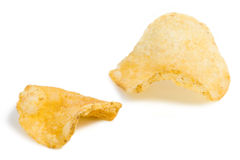Close-up de duas microplaquetas de batata Fotos de Stock