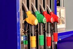Close-up de enchimento da arma da gasolina no posto de gasolina imagens de stock royalty free