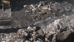 Close-up de escavação do minério da máquina escavadora A máquina escavadora da cubeta ajunta a rocha Abra Pit Mining filme
