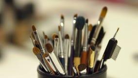 Close-up de escovas profissionais da composição dos cosméticos video estoque