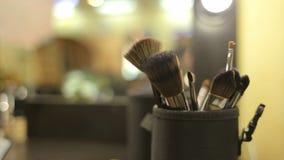 Close-up de escovas profissionais da composição dos cosméticos vídeos de arquivo