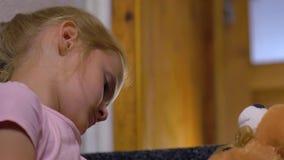 Close up de espera dos pais da menina video estoque