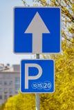 Close up de estacionamento pago do sinal de estrada na rua da cidade contra árvores verdes e no céu azul no dia ensolarado foto de stock