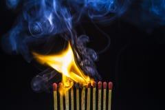 Close up de fósforos ardentes Fotografia de Stock