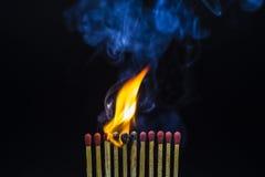 Close up de fósforos ardentes Imagens de Stock