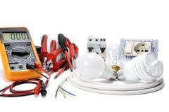 Close-up de ferramentas de funcionamento e de componentes do sistema bonde no fundo branco imagens de stock