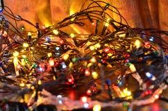 Close-up de festões luminosas multi-coloridas do Natal com um fundo borrado macio fotos de stock royalty free