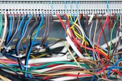 Close up de fios elétricos coloridos Front View conexões eletrônicas da placa Fiação elétrica foto de stock