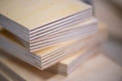 Close-up de folhas da madeira compensada na carpintaria na tabela de madeira fotos de stock royalty free