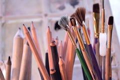 Close up de fontes da arte na frente da paleta da arte Imagens de Stock Royalty Free